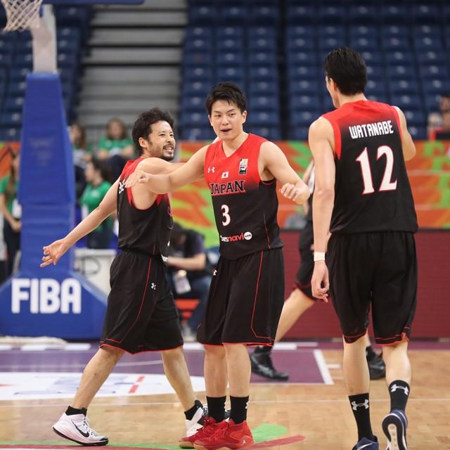 #12渡邊 雄太選手の好プレイにハイタッチを差し伸べる選手たち